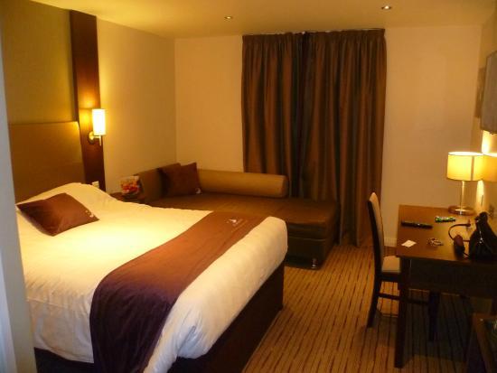 Premier Inn London Wandsworth Hotel: Comfortable, modern room