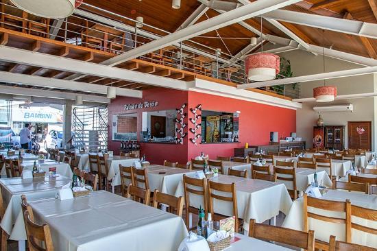 Restaurante Paixao de Verao: salão principal e mesanino acima