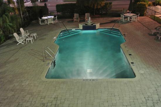 Rodeway Inn & Suites: pool at night