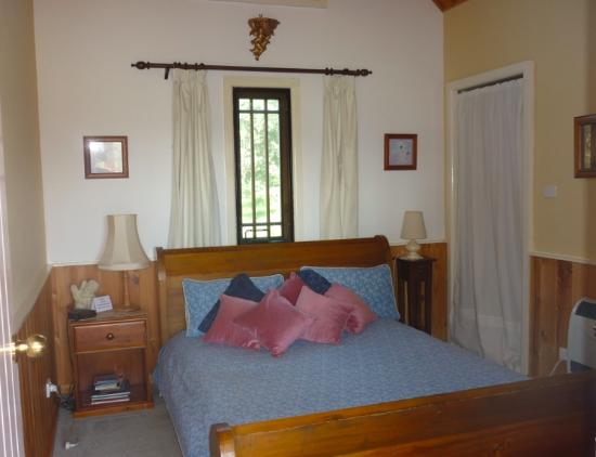 Mulberry Cottage Unique B&B Accommodation: Bedroom, queen bed, in Valley View Cottage (self contained)