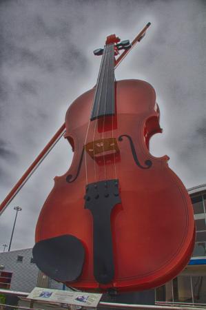 Cambridge Suites - Sydney: Giant Fiddle at the Cruise Ship Port