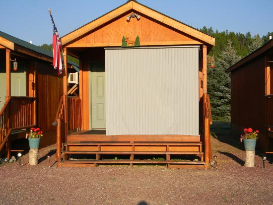 Glacier General Store and Cabins: Moose Cabin (sunshade in front of window)