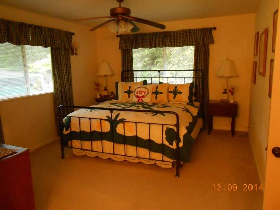 Ohia Plantation House: master bedrm.