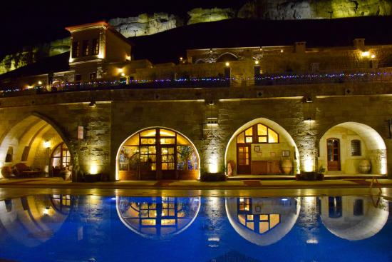 Kayakapi Premium Caves - Cappadocia: Pool and restaurant in the background