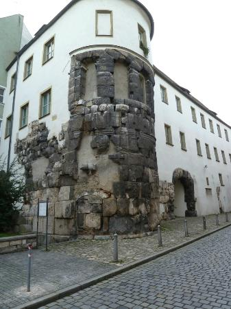 Regensburg, Tyskland: Approaching the Porta Pretoria from the west