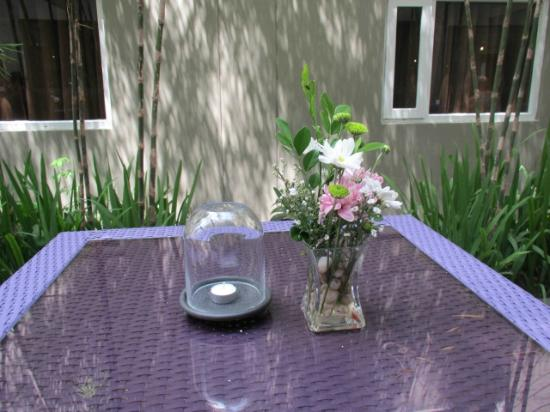 Guijo Suites Makati: table in courtyard