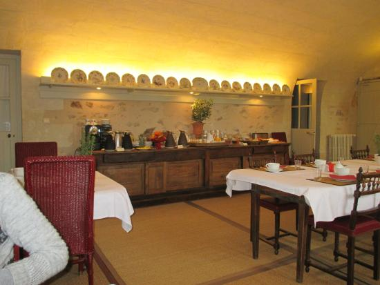 Chateau De Verrieres: The attractive breakfast room and buffet servery