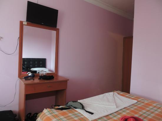 Dort Mevsim Hotel: The small desk and tv in our triple room