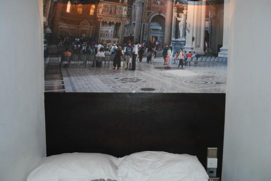 Exhibition Court Hotel 4: la cama, q es lo ancho de la habitación