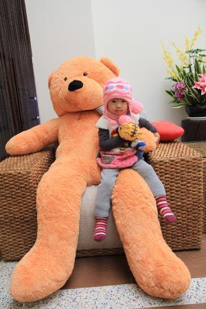 Yu-Jue Holiday Villa: 2F的客廳.....有兩隻大熊熊勒...