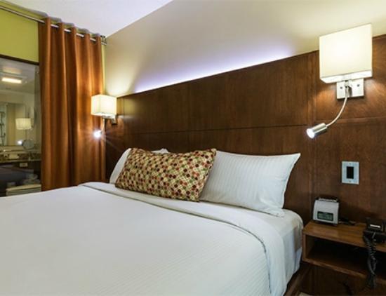 Hotel & Suites Normandin Quebec: Urbaine 1 lit King / Urban 1 King bed