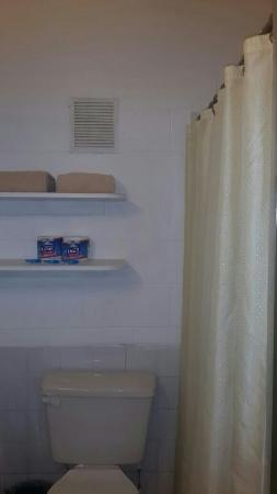 Sunshine Holiday Apartments: Clean bathroom
