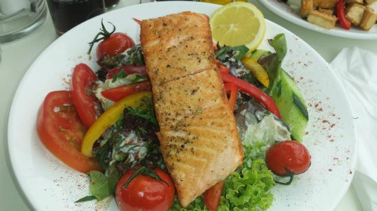 Tewa am Markt: Gegrillter Lachs auf Blattsalat