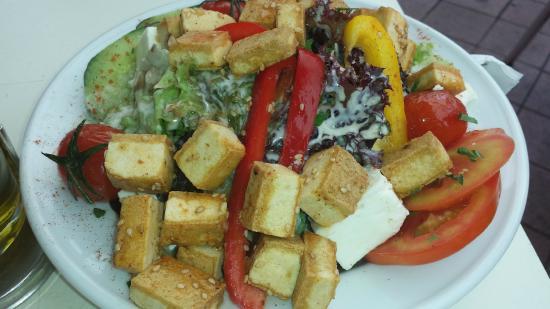 Tewa am Markt: Gebratener Tofu auf Blattsalat mit Sesam-Dressing