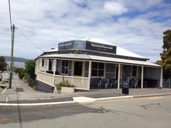 Vancouver Street Cafe: Quaint ! Close to Vancouver Arts Centre