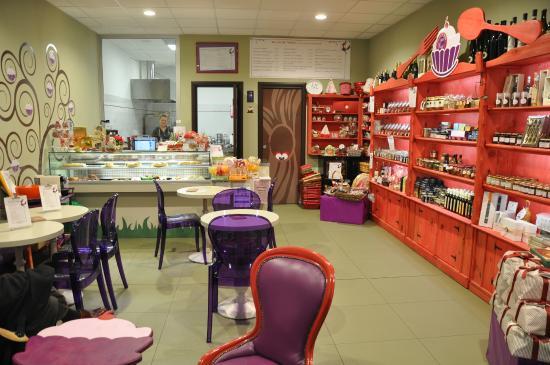 il banco frigo con le torte salate e dolci , la cucina a vista ...