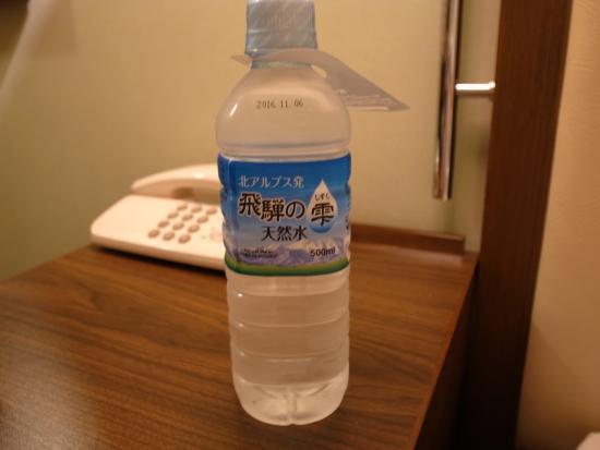 Hotel Il Cuore Namba : 冷蔵庫に1本天然水無料サービス入り