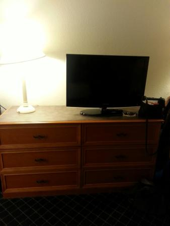 La Quinta Inn & Suites Raleigh Durham Intl AP : TV & Dresser (plenty storage)