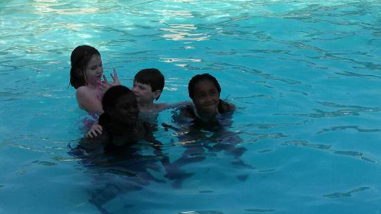 Salado Creek Villas: They met some new friends at the pool!