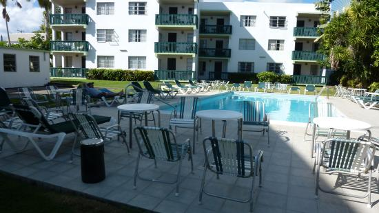 Magic Isle Beach Apartments: Relaxing and uncrowded pool area