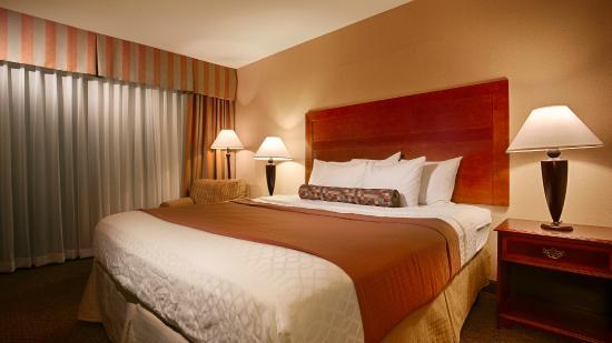 Best Western Plus Heritage Inn: Comfortable king bed.