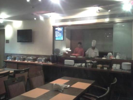 Hotel Studio Estique: Live food counter in Restaurant
