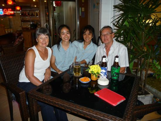 Karon Sunshine Guesthouse, Bar & Restaurant: Us with the owner and her daughter