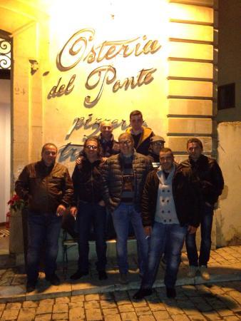 Osteria Del Ponte: Dopo una cena fantastica in compagnia ci voleva la foto ricordo!!!!