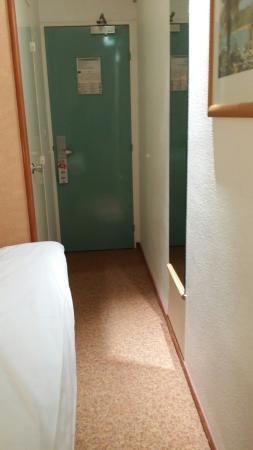 Ibis Dieppe Val Druel : Entrée très étroite et encore plus étroit entre le lit et le mur