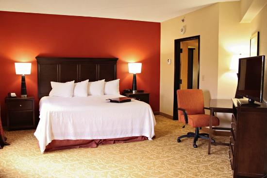 Hampton Inn Gettysburg: King Suite Bedroom