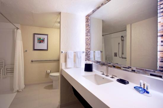 Fairfield Inn and Suites Key West: Accessible Guest Bathroom