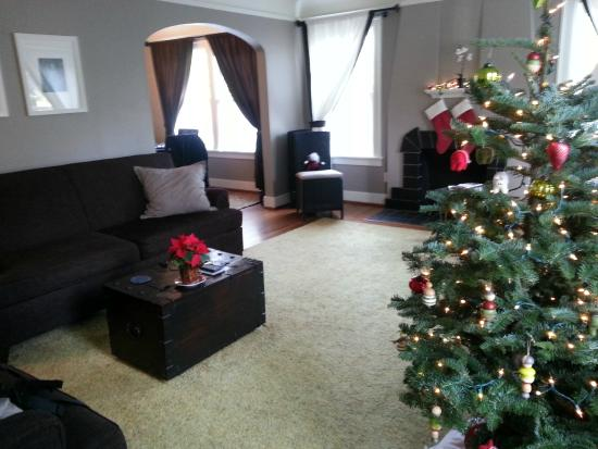 Chelsea Station: Living room, decorated for Christmas