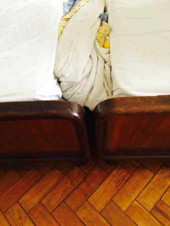 Aeroporto Othon: Olha a cama de casal deles : improviso com duas de solteiro , péssimo