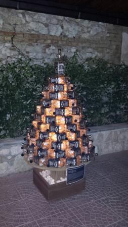 La Locomotiva: albero di natale con bottiglie jack daniels