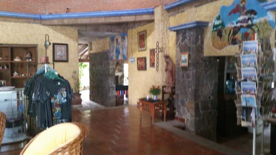 Hotel Amatlan de Quetzalcoatl: Cuenta con tiendita de souvenirs rustico y pintoresco