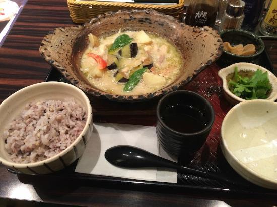 Otoya : 大戸屋仕立ての鶏と野菜のグリーンカレー鍋定食(五穀米)