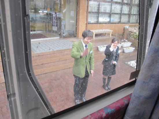 Oike Hotel Honkan: Committed staff, waving us off despite the cold and the falling snow!