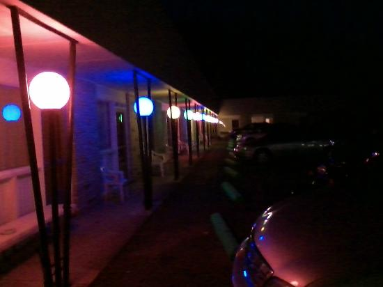 The Irish Cove Motel : Parking lot at night 1