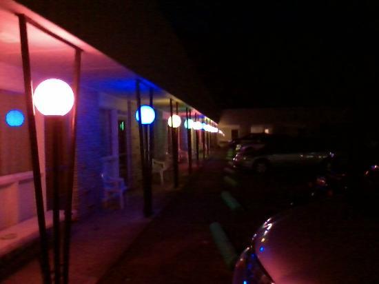 The Irish Cove Motel : Parking lot at night 2