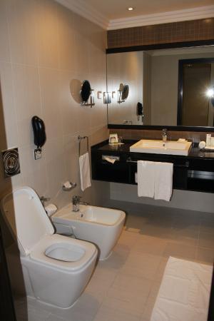 Towers Rotana : Bathroom