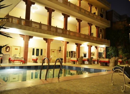 Suryaa Villa: Poolview Courtyard Seating - Restaurant