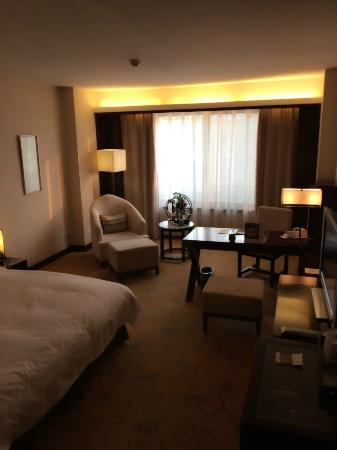 Garden Hotel (Daichengqiao Road): Bed and sitting area in Deluxe Double