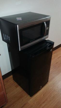 Red Roof Inn & Suites Savannah : microwave just sitting on the refrigerator