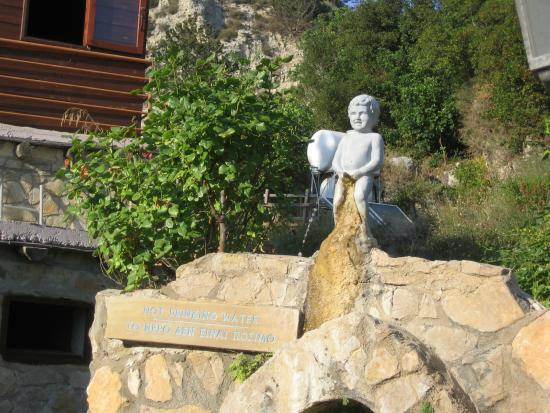 Adonis Baths Water Falls: Писающий мальчик