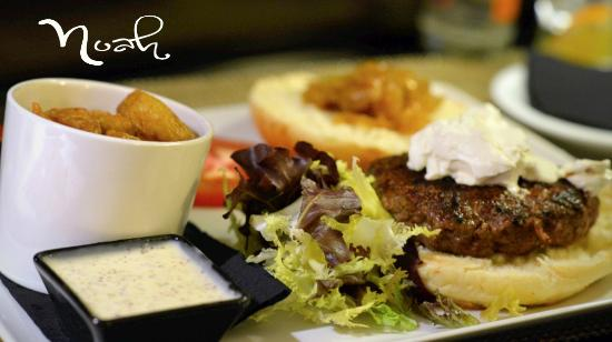 Gastroteca Vinoteca Noah: Hamburguesa de buey , queso crema y cebolla caramelizada