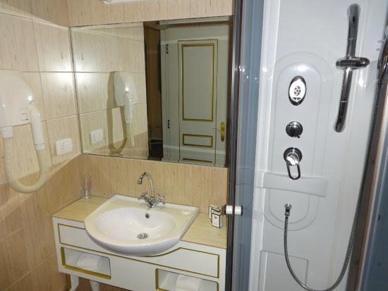 Queen's Astoria Design Hotel: bathroom