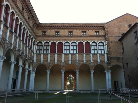 Museo Archeologico Nazionale: Cortile del Palazzo sede del Museo Archeologico di Ferrara