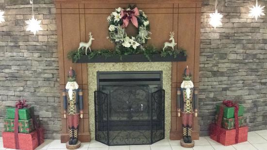 Holiday Inn Hotel & Suites Beckley: Fireplace / Lobby