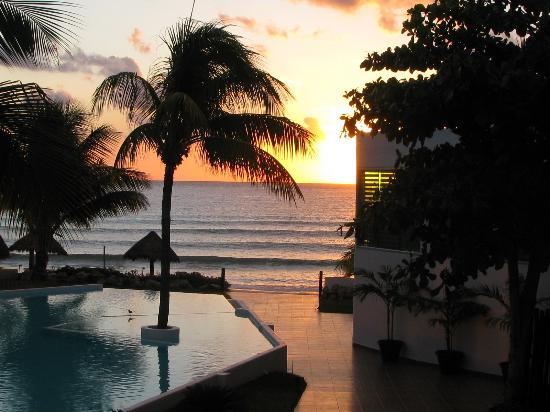 Le Reve Hotel & Spa : Beautiful views from the beach or infinity pool