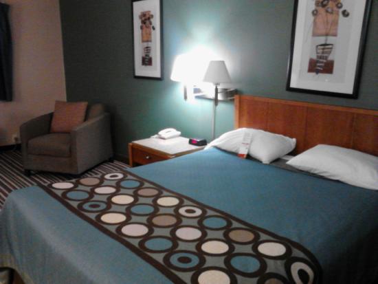 Super 8 Richmond: Room 120: Bed & Chair